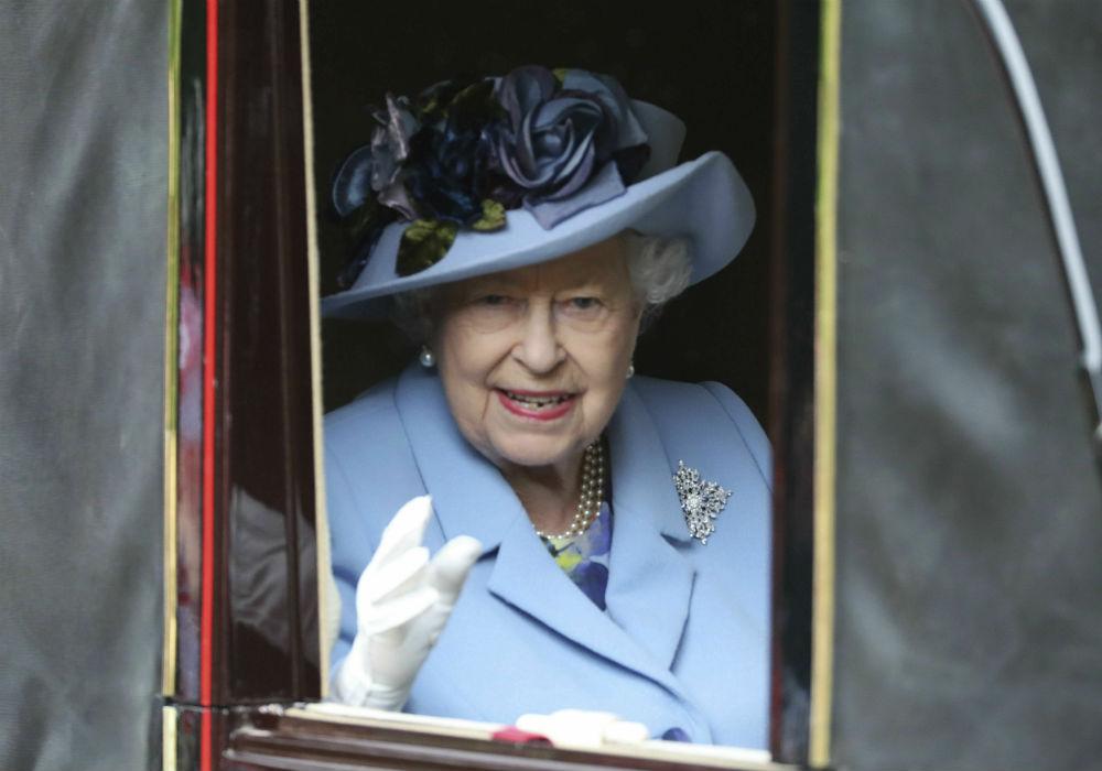 El evento, cuyo origen es la carrera de caballos purasangre, se extiende hasta este sábado. En la foro, la reina Elizabeth II. (AP)