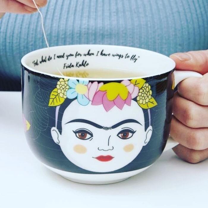 Taza  con dibujo y cita de Frida Khalo, la consigues en Atypical Living en The Mall of San Juan.