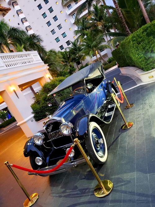 El Hotel Condado Vanderbilt celebró sus primeros 100 años, rememorando en una exclusiva velada inspirada en los años veinte, las historias y recuerdos que guarda su icónica estructura. Un auto del 1919 en el porte-cochère del hotel daba la bienvenida. Foto suministrada