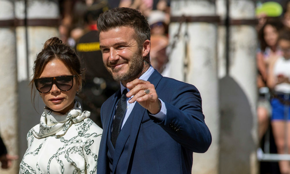 La novia pidió no llevar ropa de color verde, naranja, rosa, blanca o roja, una regla que se saltó levemente Victoria Beckham, esposa del exfutbolista David Beckham, al acudir a la catedral con un vestido beige, casi blanco. (EFE)