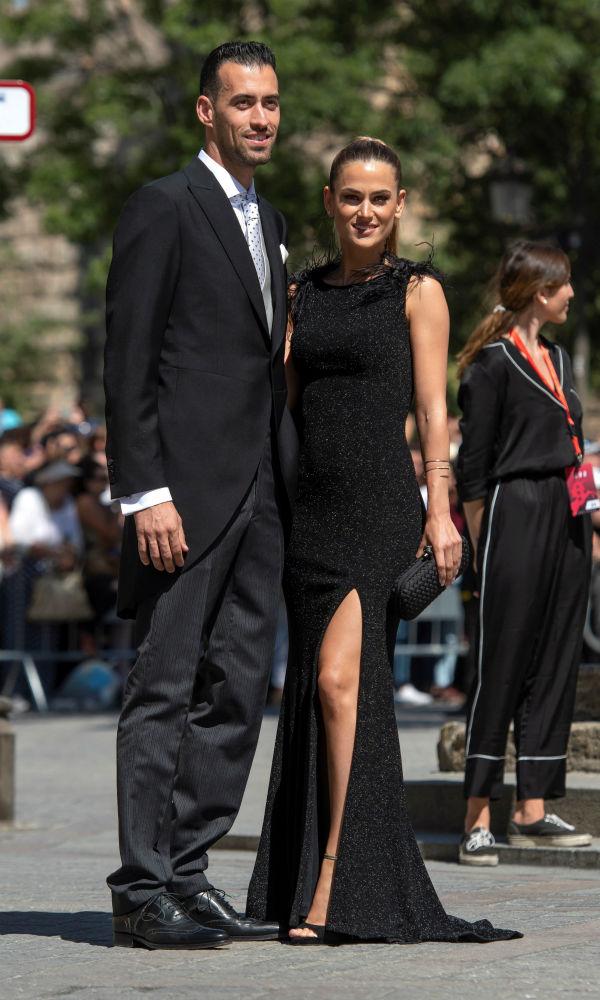 El futbolista Sergio Busquets junto a su esposa Ana Galera. (EFE)