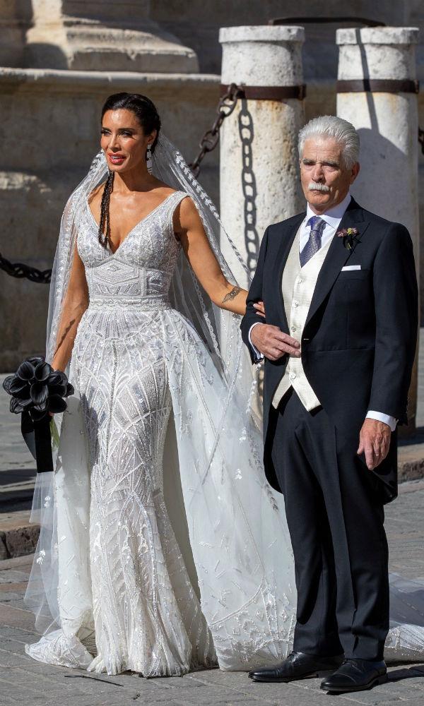 La novia hizo lo propio junto a su padre. (EFE)