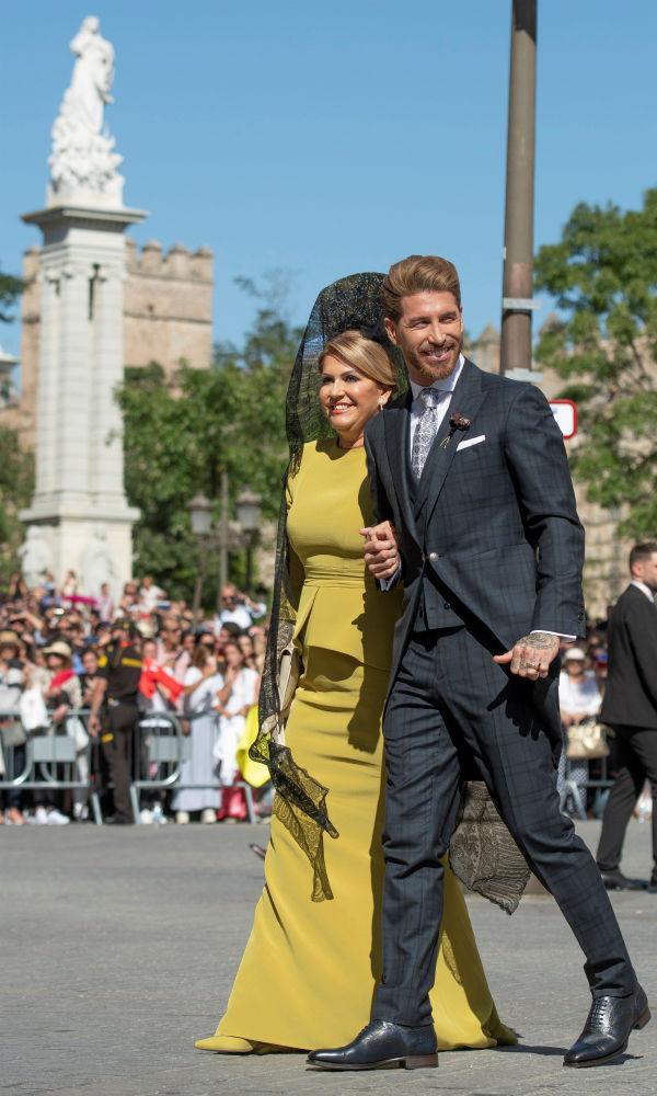 Ramos llegó a la ceremonia sin soltar un momento el brazo de su madre, Paqui García. (EFE)