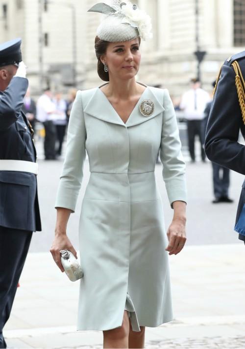 Por su parte, Kate Middleton ha repetido de Alexander McQueen con un abrigo color hielo. Se trata del mismo modelo que llevó en el bautizo de su hija Charlotte y a la boda de los duques de Sussex. (Foto: AP)
