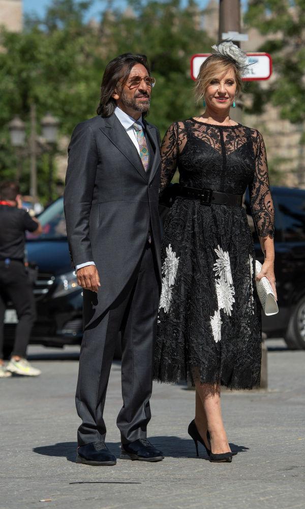 El cantante Antonio Carmona y su pareja a su llegada a la emblemática catedral. (EFE)