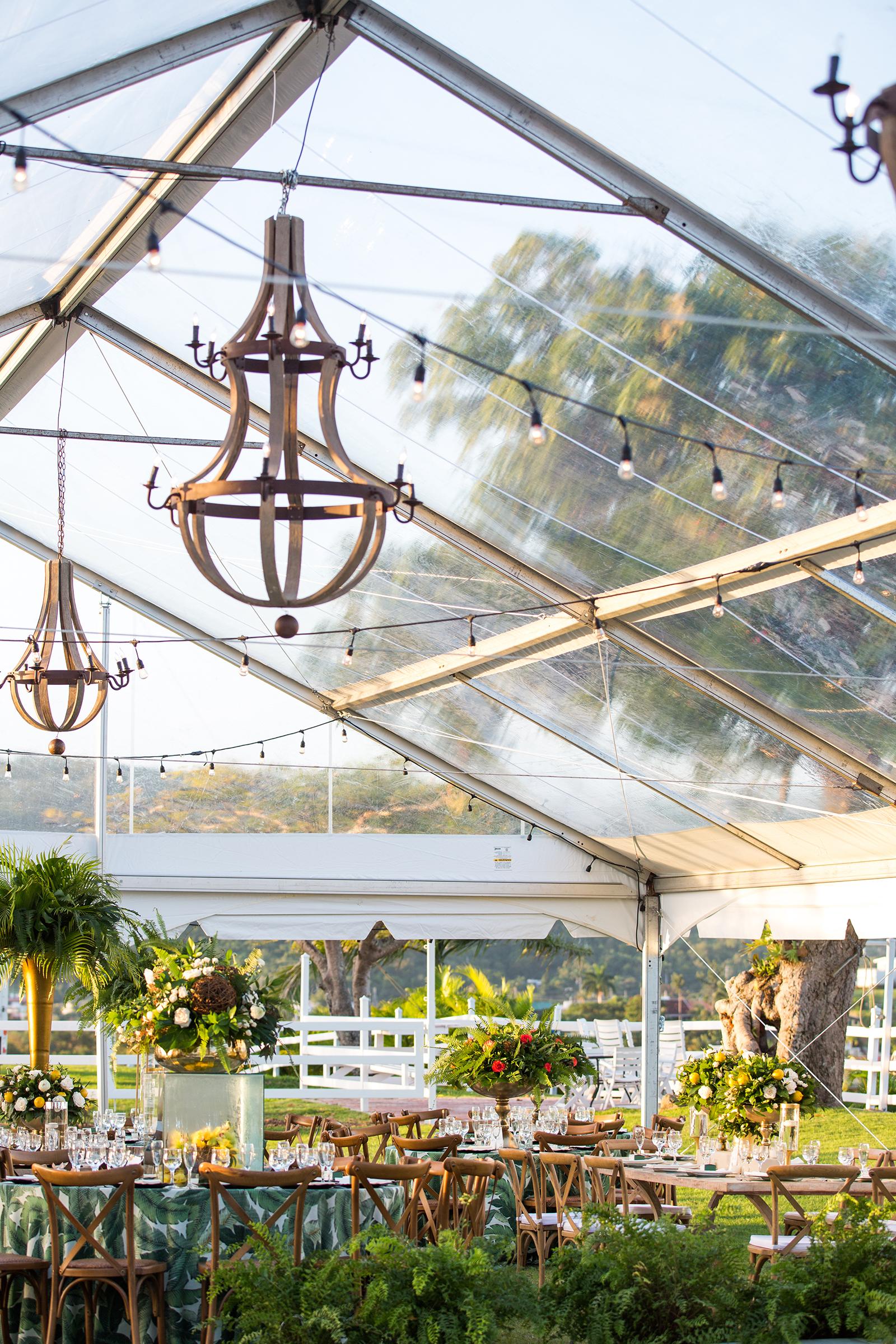 La decoración, de Pedro Omar Velázquez tuvo como eje central una enorme carpa transparente con candelabros rústicos en madera y plantas, flores y frutas. Mientras que el cuido de los niños durante la ceremonia y la recepción, fue de Bembeteo pa los pekes Foto Saúl Padua.