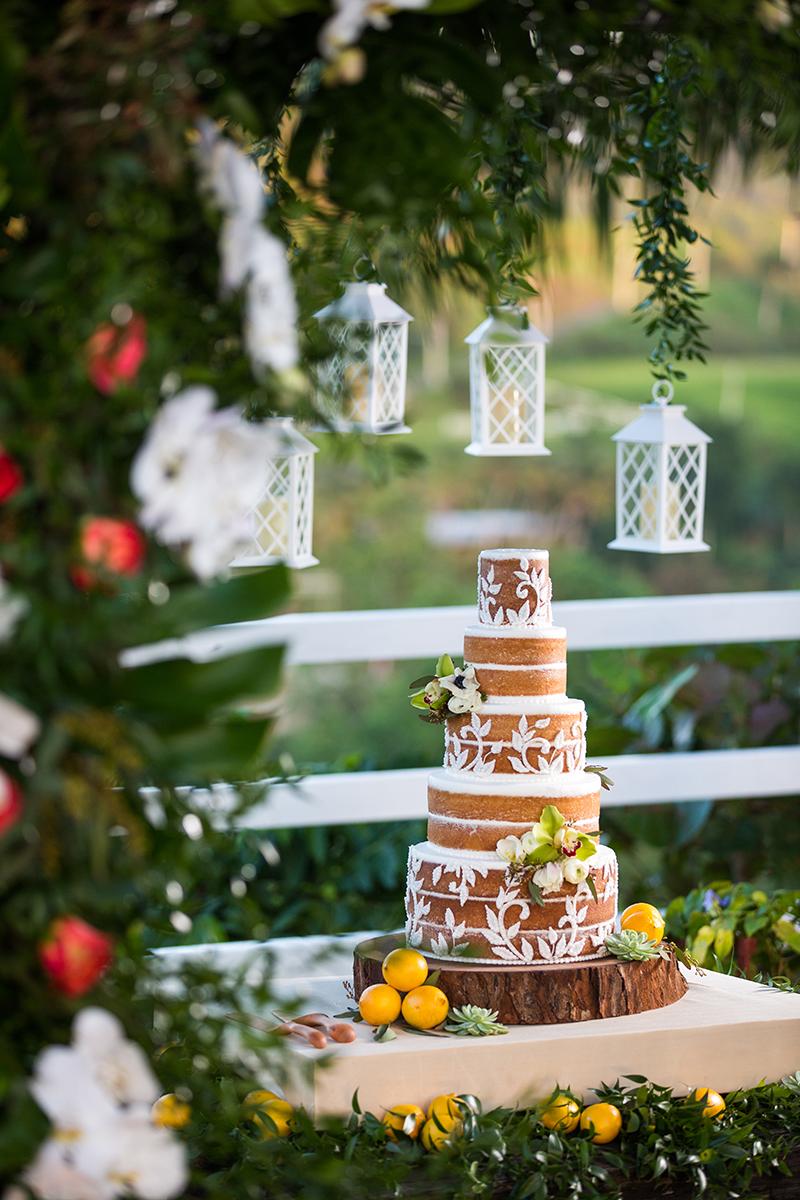 """El bizcocho estilo """"naked cake"""", muy adecuado para la ocasión y el estilo de la boda, fue de Gabriel Diaz Cake Designer. Coctel y cena de Bon Appetit Catering. Foto Saúl Padua."""