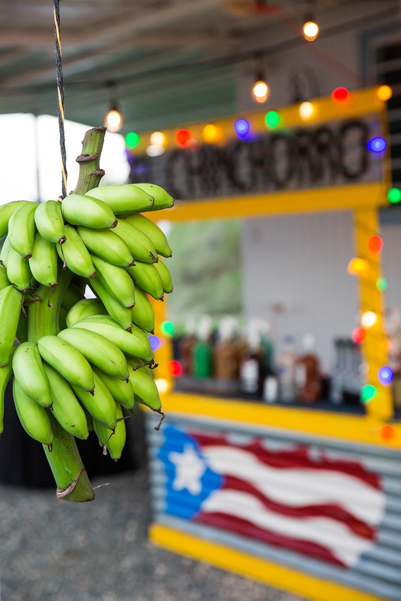 La barra de Luna Bartender fue parte de la ambientación campestre, con plátanos y colores brillantes. Foto Saúl Padua.