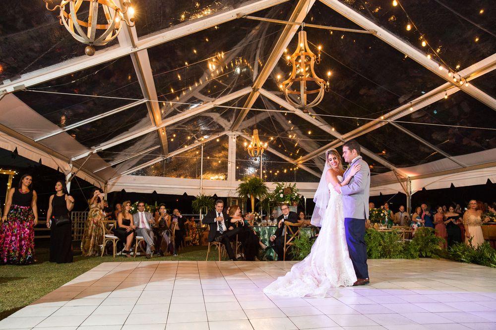 La música fue de Sin Pausa , Madera Fina, Eco Laurel y Dj Ruby. Foto Saúl Padua y video de Wedding Mafia. La coordinadora de la boda fue Ana Agosto.