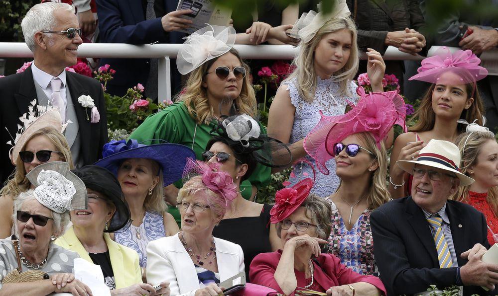 El público de la carrera lleva puesto distintos tipos de sombreros, variando en su diámetro, color, y decoración. (Foto: AP)