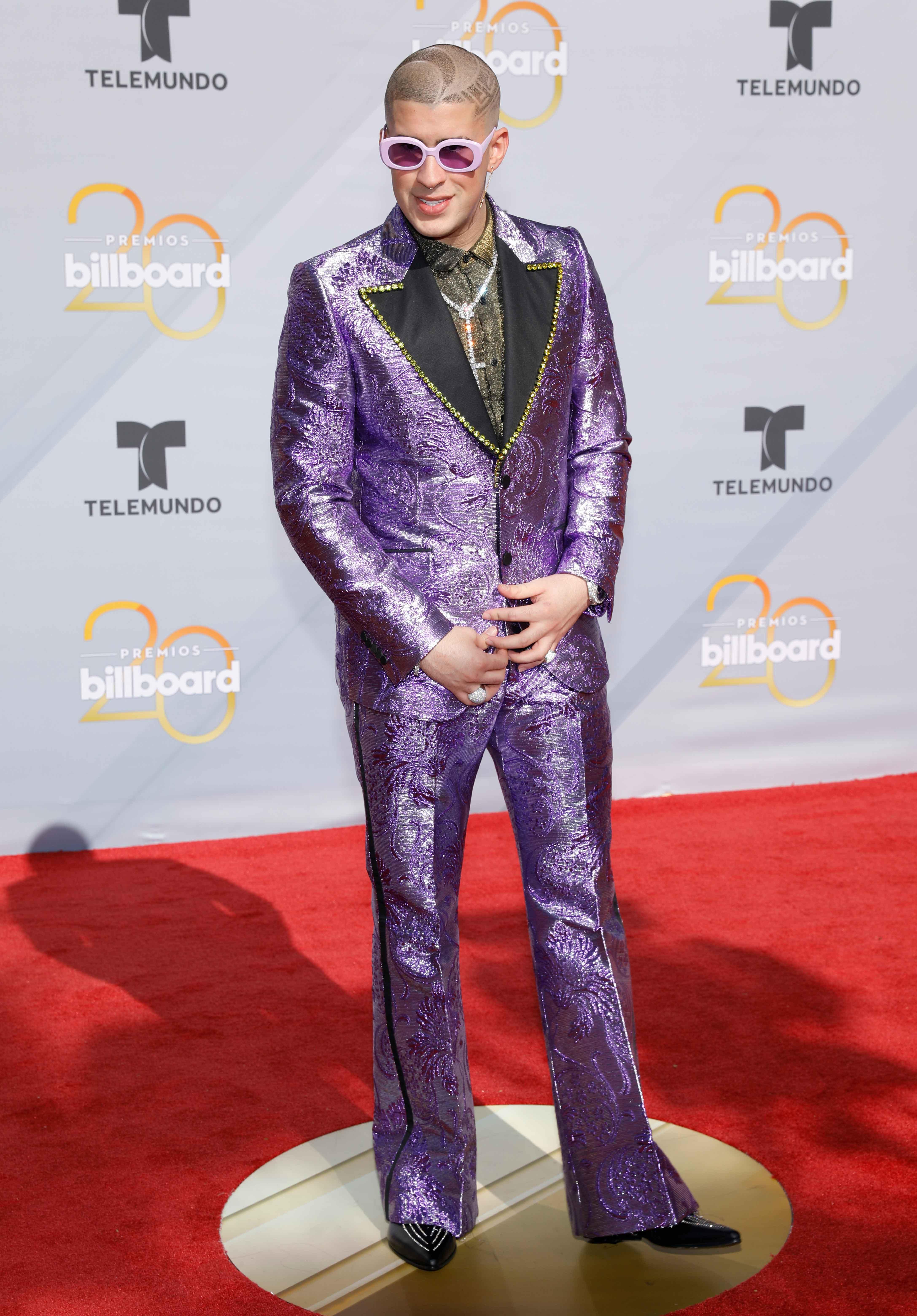 Bad Bunny en lila eléctrico, el color del momento, a su llegada a los Billboards 2018. (Foto: AP)