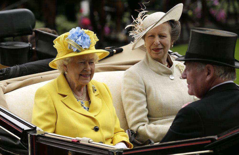 El sombrero de la reina en el primer día de las carreras era de un amarillo brillante, acompañado de una hortensia azul celeste rodeada por una cinta delicada. (Foto: AP)