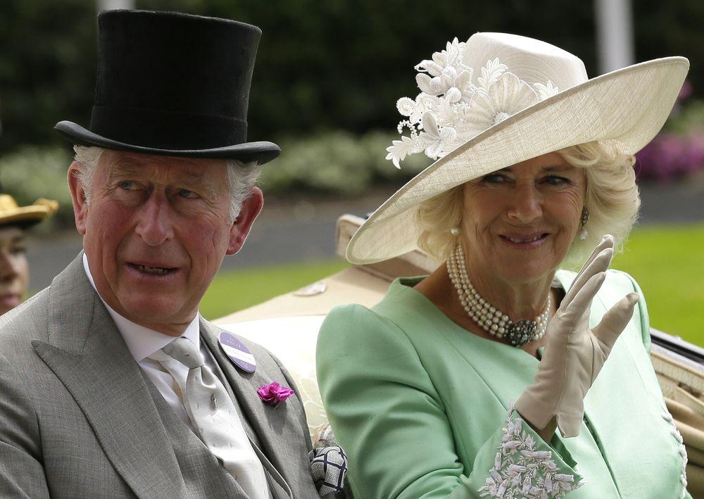 Camilla Parker Bowles lleva puesto un sombrero de color blanco decorado con flores de encaje en el lado derecho. (Foto: AP)