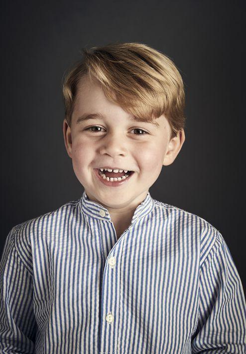 El príncipe George es todo sonrisa en su foto oficial para marcar su cuarto cumpleaños. (Prensa Asociada)