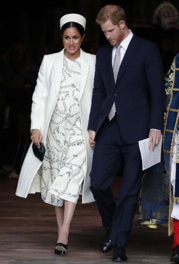 Para la celebración de los 50 años de la investidura de Charles como príncipe de Gales, Megan seleccionó un vestido en brocados plateados y dorados con abrigo blanco de Amanda Wakeley. (Archivo)