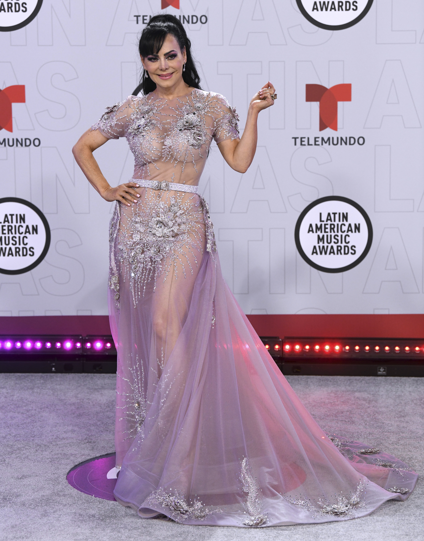"""Entre encajes y transparencias, Maribel Guardia recordó a """"su gran amor"""", Joan Sebastian, durante la entrega de los Latin American Music Awards. (AP)"""