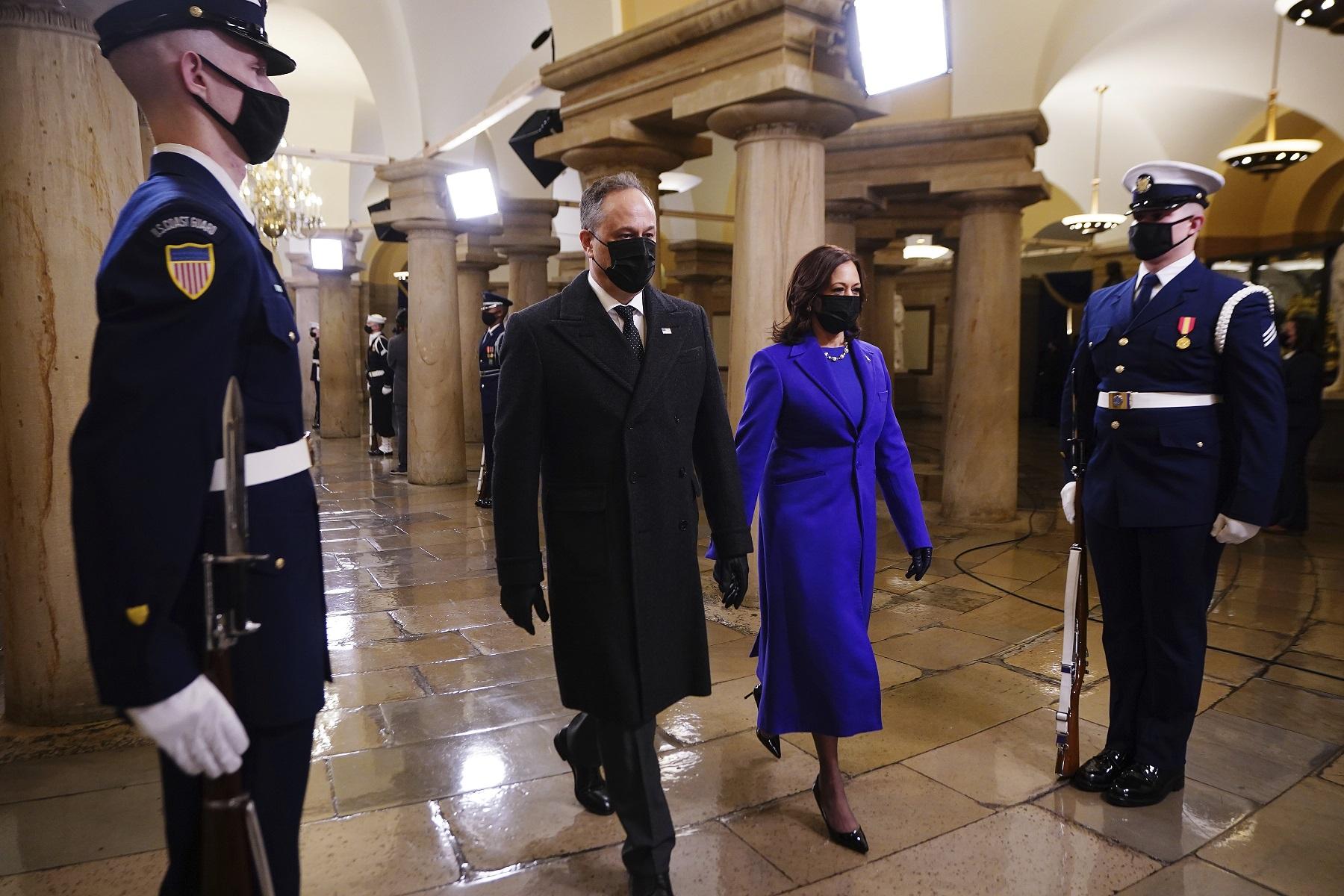 Kamala Harris seleccionó el azul para un día tan importante en su carrera política. Su ajuar fue una creación de Christopher John Rogers y Sergio Hudson, dos marcas de diseñadores afroamericanos. (AP)