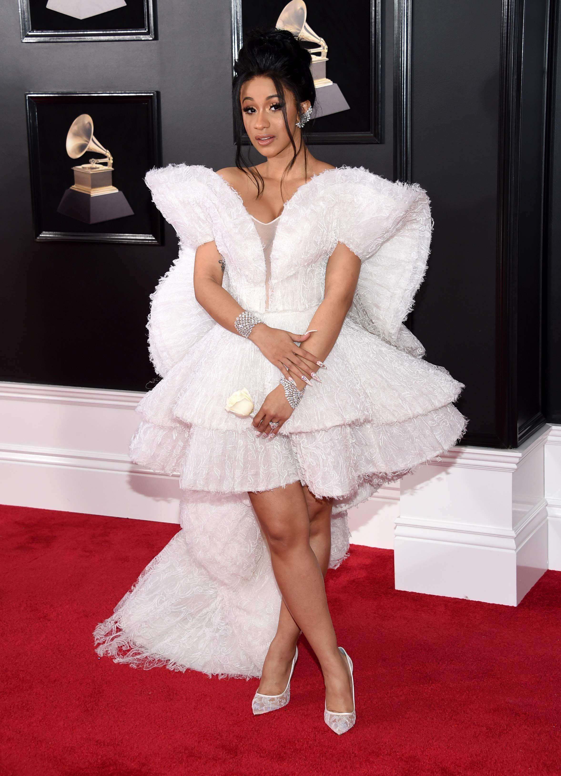 Cardi B, la primera mujer en lograr 5 hits simultáneos en el top 10 del Billboard Hot R&B/Hip-Hop chart eligió un modelo geométrico de Mohammed Ashi en blanco para la gala. (Foto: AP)