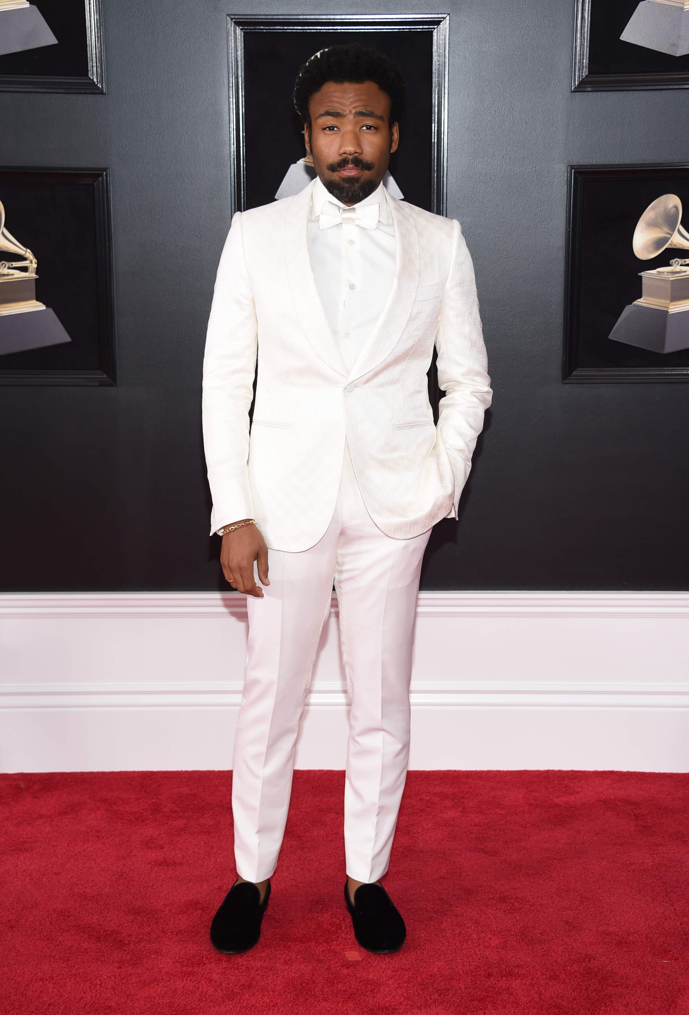 El artista Donald Glover llegó a la alfombra roja de los Grammy vestido de blanco completamente. (Foto: AP)