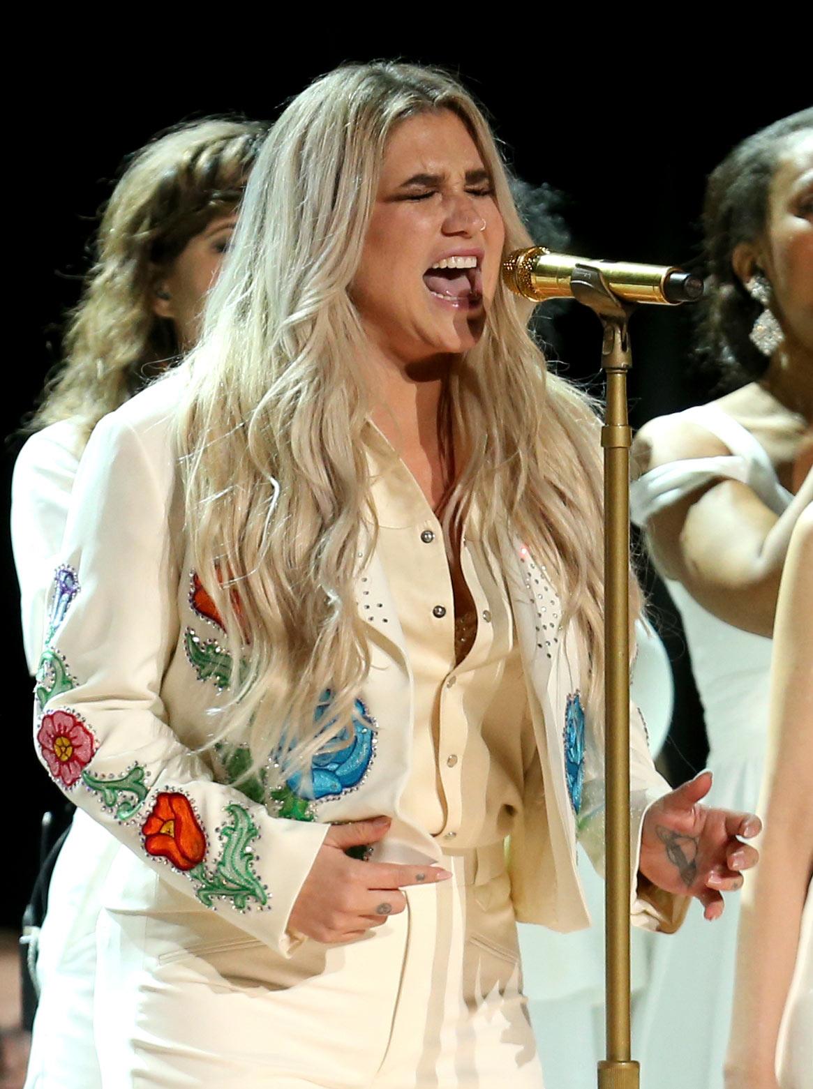 Kesha subió al escenario de los Grammy vestida de blanco con bordados de colores. (Foto: AP)
