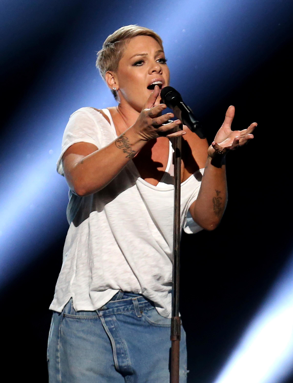 Pink dejó su colorido vestido para enfundarse en una camiseta blanca y cantar en el escenario de los Grammy (Foto: AP)