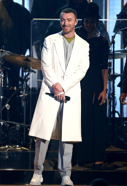 Sam Smith, en el escenario de los Grammy con una maxi jacket en total white. (Foto: AP)