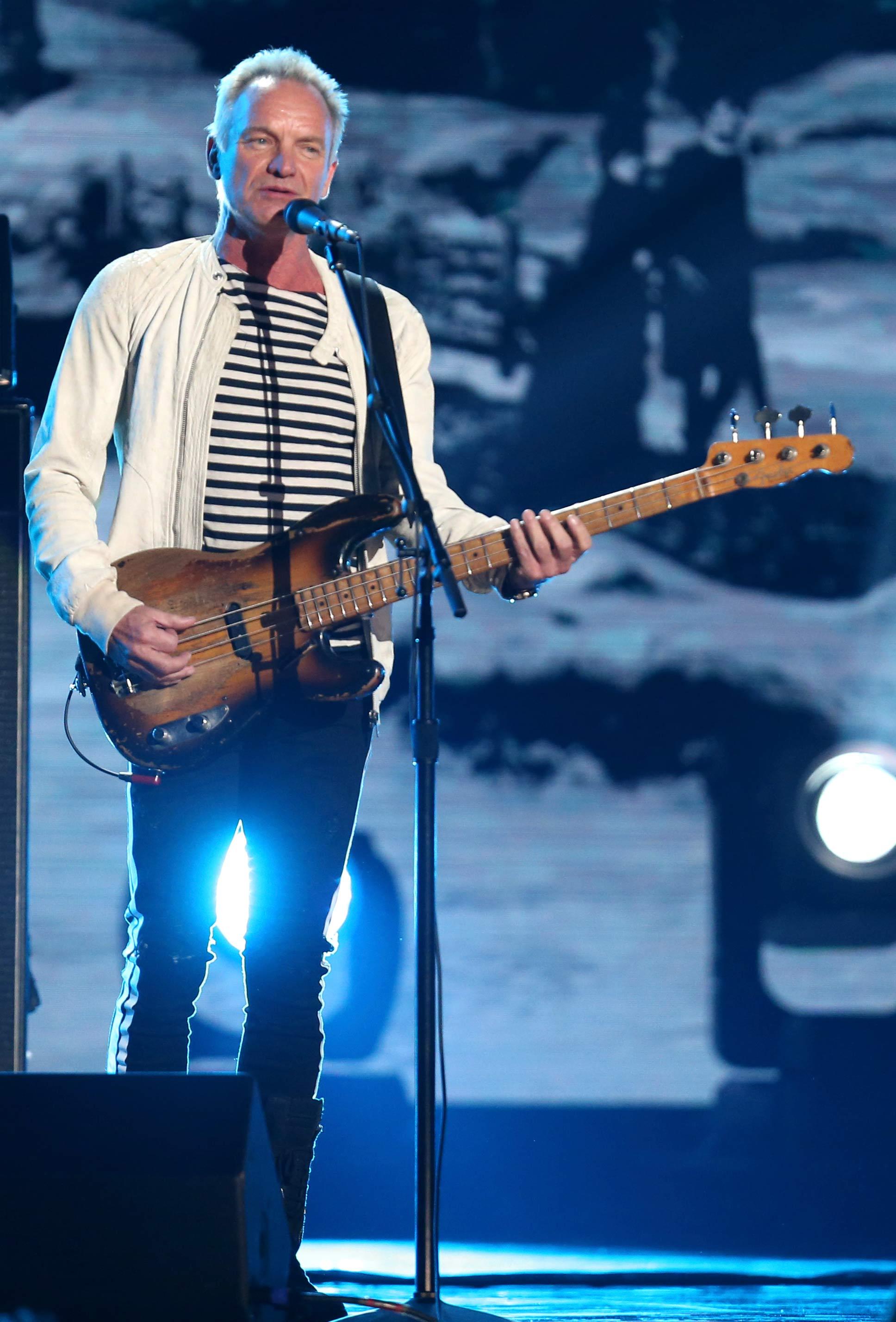 Sting cantó en el escenario de los blancos con una chaqueta blanca. (Foto: AP)