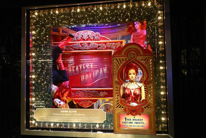 """En una alianza con la marca de cristalería fina Swarovski y en el marco del estreno de The Greatest Showman -la biografía de Barnum & Bailey, el fundador de PT Barnum. protagonizada por Hugh Jackman- el tema de las vitrinas de Bloomingdale's es """"Greatest Holiday Windows"""". Y para la gran develación de los escaparates, Bloomindale's presentó un espectáculo circense en la Avenida Lexington. (Foto WGSN)"""