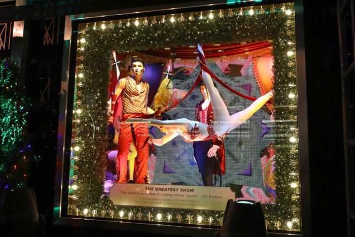 """En una alianza con la marca de cristalería fina Swarovski y en el marco del estreno de The Greatest Showman -la biografía de Barnum & Bailey, el fundador de PT Barnum. protagonizada por Hugh Jackman- el tema de las vitrinas de Bloomingdale's es """"Greatest Holiday Windows"""". (Foto WGSN)"""