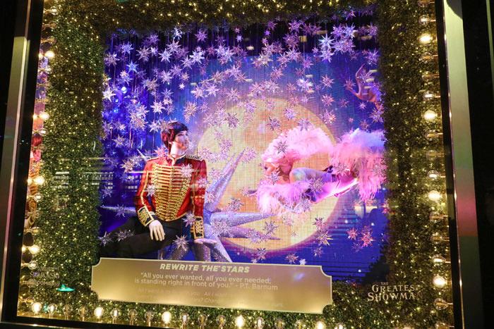 Millones de cristales Swarovski decoran las vitrinas de Bloomingdale's este 2017, con una puesta en escena en honor del mundo circense de PT Barnum, por la película The Greatest Showman. Incluso, recrean escenas de la película con vestuarios y elementos decorativos de la película. (Foto WGSN).