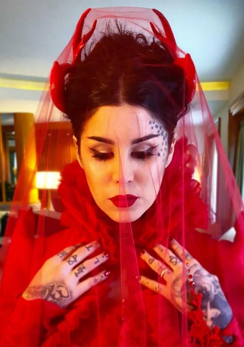 """El 2 de junio, la famosa tatuadora  y empresaria de cosméticos, Kat Von D, se unió en matrimonio con el músico Rafael Reyes. Fiel a su """"look"""", ambientó su boda al estilo gótico y lució un traje de novia rojo con velo y  tocado en forma de cuernos."""