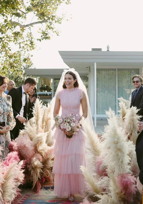 En una ceremonia privada en el patio de su residencia en Pasadena, California, la actriz y cantante Mandy Moore, ataviada con un vestido rosa,  contrajo matrimonio con Taylor Goldsmith el 18 de noviembre.