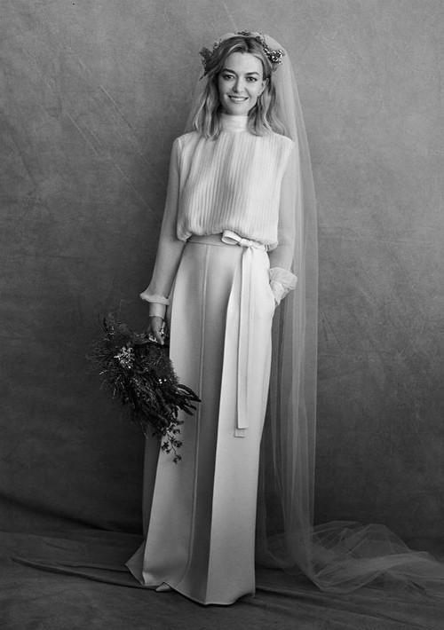 La hija del fundador de Inditex (propietarios de tiendas como Zara), Marta Ortega, celebró su casamiento con Carlos Torreta el 17 de noviembre.  Para la boda, a la que asistieron 400 invitados, también lució un atuendo rosa.