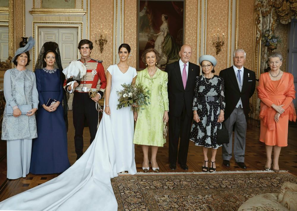 Los novios, Fernando Fitz-James Stuart y Solís y Sofía Palazuelo, posan para la foto de familia junto a (de izquierda a derecha) Sofía Barroso, madre de la novia; Matilde Solís, madre del novio y madrina de la boda; la reina Sofía; el rey Simeón de Bulgaria y su esposa, la reina Margarita; el Duque de Alba y la duquesa viuda de Calabria, Ana de Orleans. (Foto: EFE)
