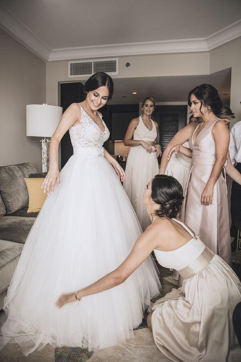 La novia -en un vestido de Rosa Clará y zapatos de Badgley Mischka- junto al séquito. Accesorios: Eva Guadalupe.