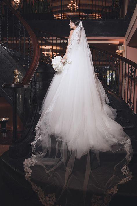 La novia se preparó en el Hotel Condado Vanderbilt con maquillaje y peinado de Raiza Montes.