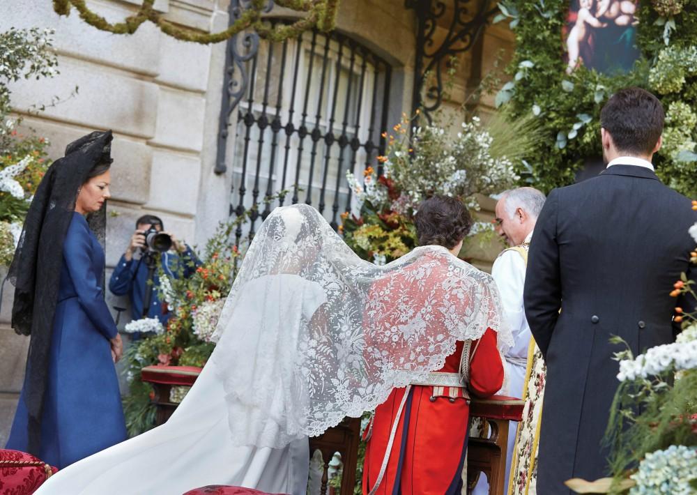 Fernando Fitz-James Stuart y Solís y Sofía Palazuelo, en un momento de la ceremonia celebrada en los jardines del palacio de Liria. (Foto: EFE)