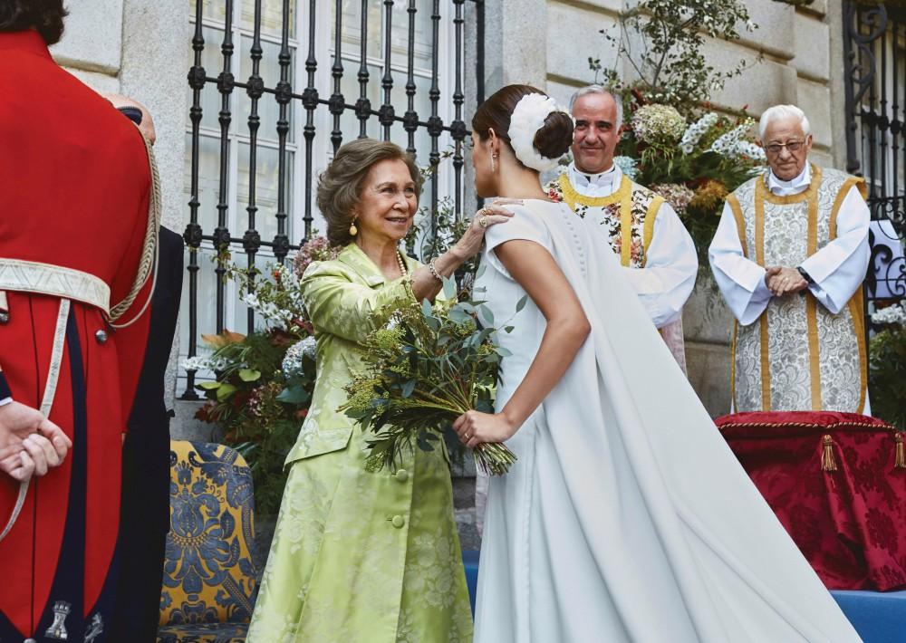 La novia saluda a la reina Sofía a su llegada al palacio de Liria. (Foto: EFE)