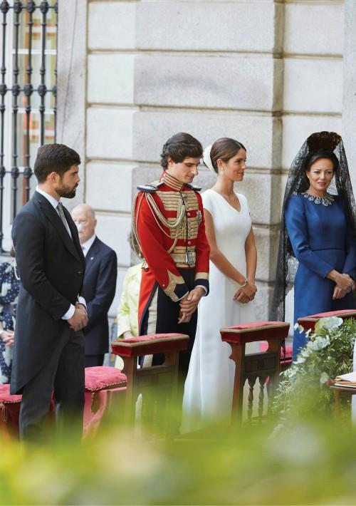 Los novios Fernando Fitz-James Stuart y Solís y Sofía Palazuelo, con sus padrinos, Matilde Solís y Fernando Palazuelo, madre del novio y hermano mayor de la novia. (Foto: EFE)