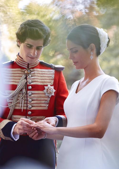 Fernando Fitz-James Stuart y Solís, hijo del Duque de Alba, y Sofía Palazuelo intercambian las alianzas durante su enlace matrimonial. (Foto: EFE)