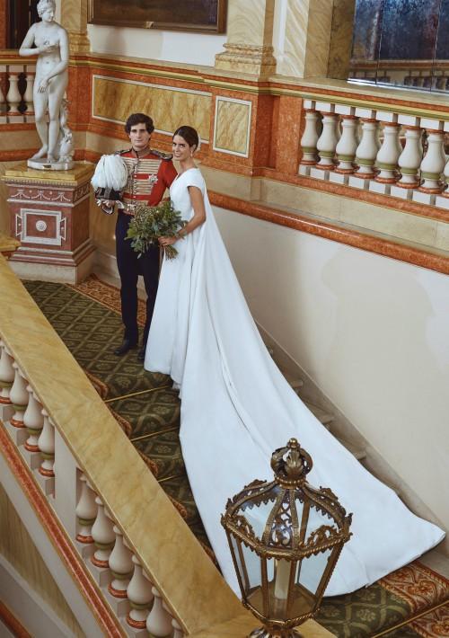Los novios, Fernando Fitz-James Stuart y Solís, hijo del Duque de Alba, y Sofía Palazuelo, posan en el palacio de Liria, en Madrid, tras su enlace matrimonial. La novia vistió un diseño creado por su tía, Teresa Palazuelo, con una gran capa desmontable, que se quitó para la posterior celebración. (Foto: EFE)