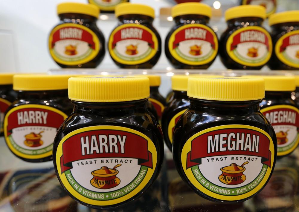 Jaleas con el nombre de Meghan y Harry en un supermercado. (Foto: AP)