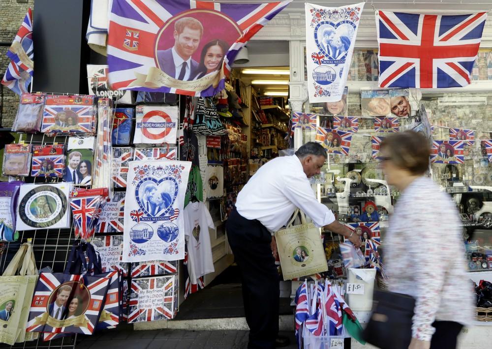 Tienda luce artículos conmemorativos de la boda real. (Foto: AP)