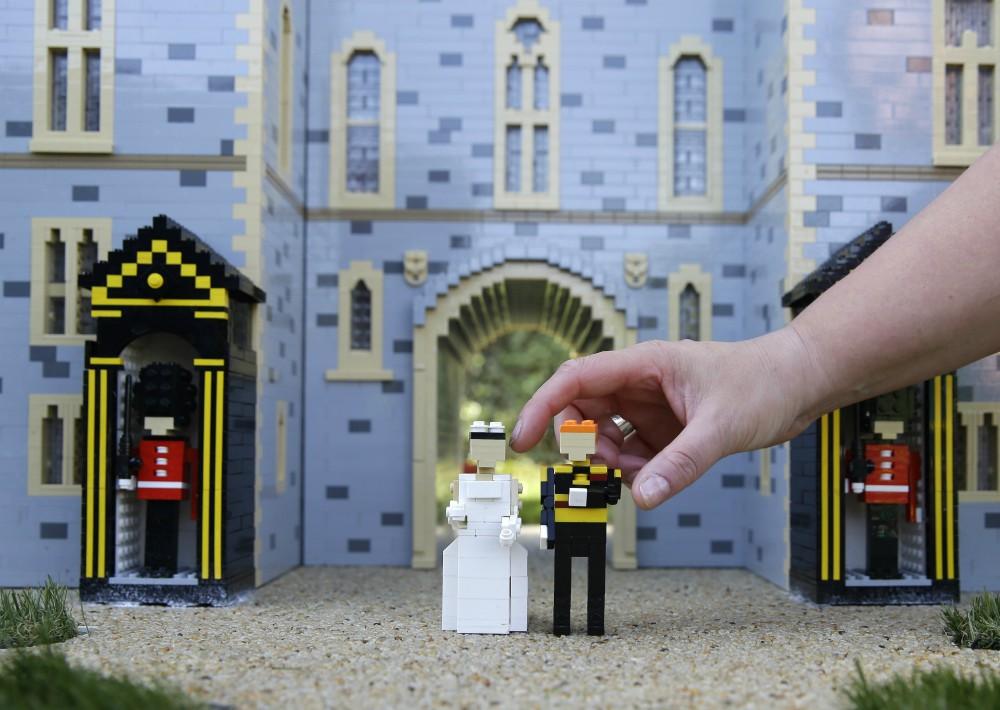 Legoland en Windsor creó una estampa con sus figuras. (Foto: AP)