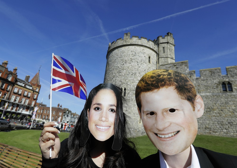 Fanáticos lucen máscaras de la pareja. (Foto: AP)