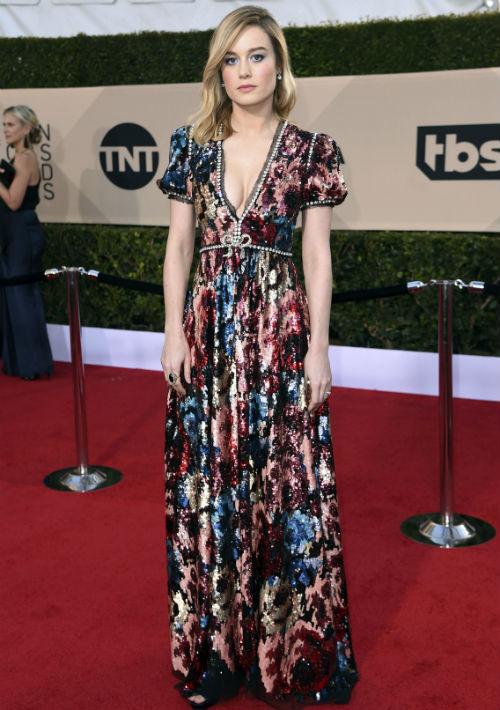 Brie Larson optó por un diseño floral, con sutil escote en el área del busto, creación de Gucci. (Foto: AP/Jordan Strauss)