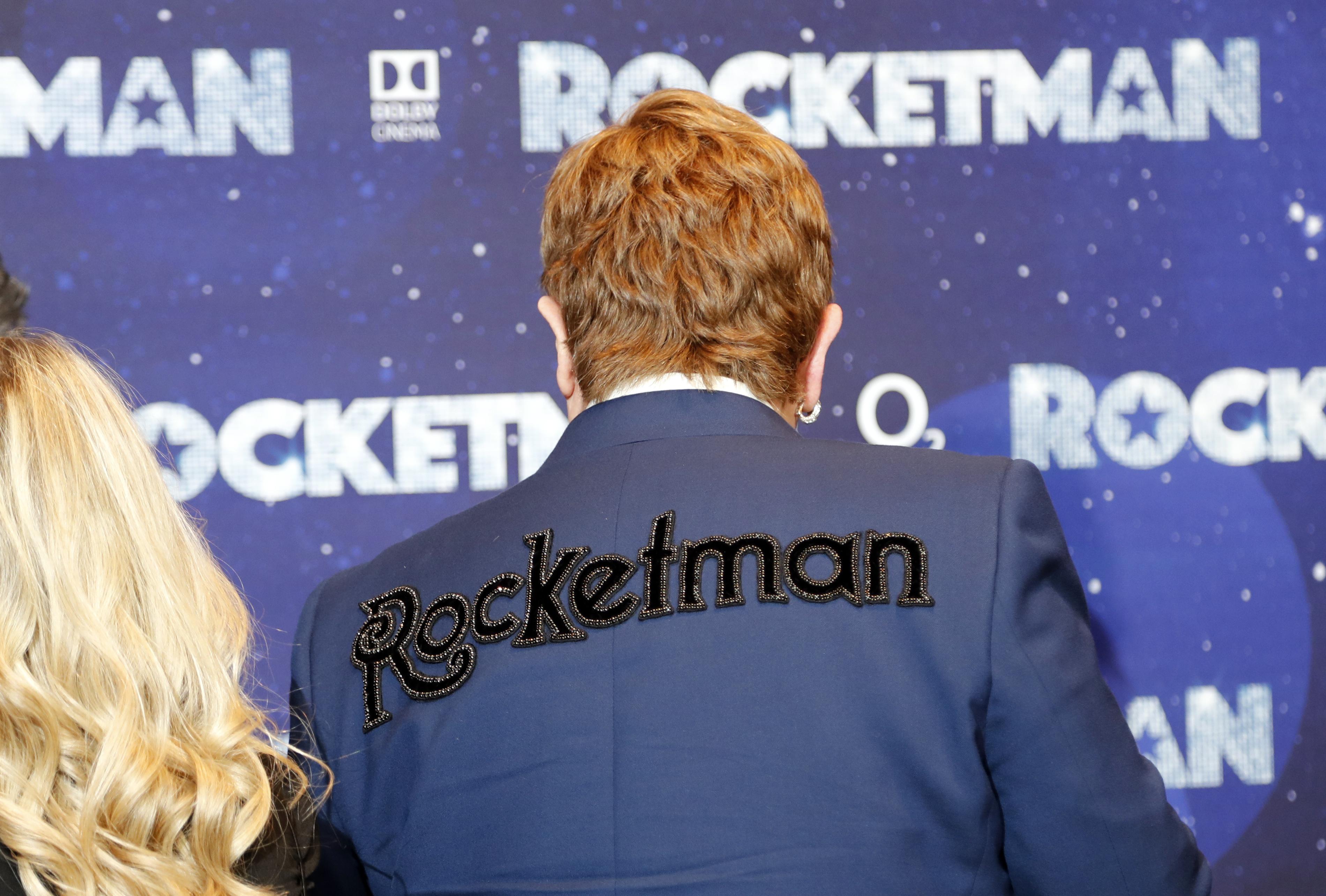 El extravagante músico lució una chaqueta con el nombre de la película a sus espaldas. (AP Photo/Frank Augstein)