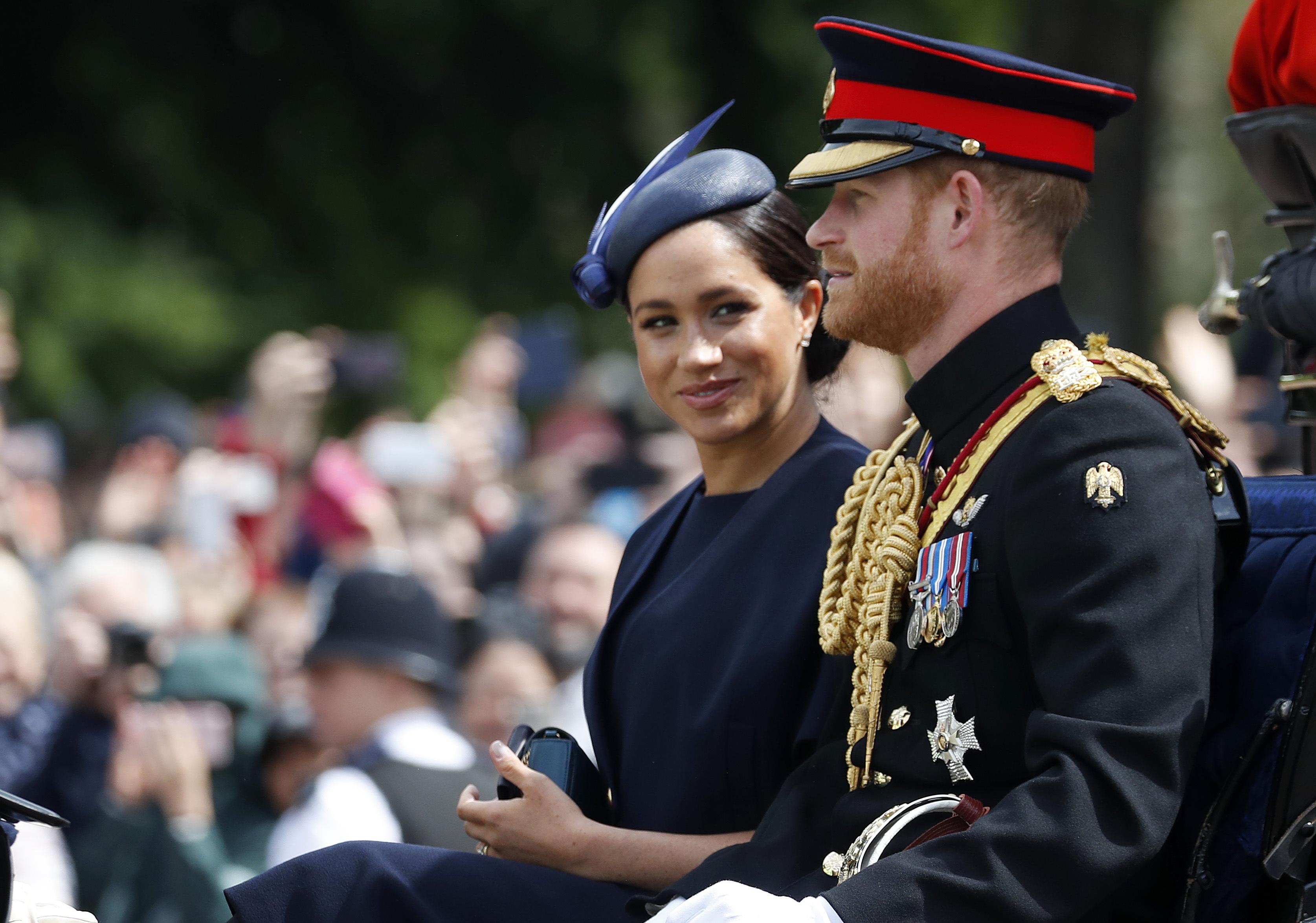 """La duquesa de Sussex reapareció luego del nacimiento de su primer hijo, en el tradicional """"Trooping the Colour"""", el desfile anual con el que se conmemora el aniversario del monarca británico desde hace más de 250 años. Llevó un sobrio vestido azul marino con abrigo en combinación. (Archivo)"""