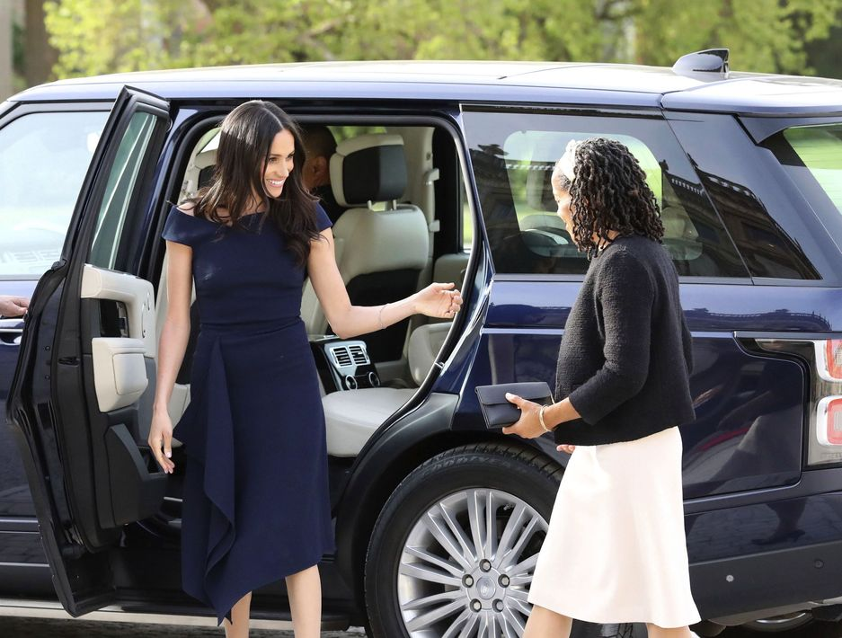 Meghan y su madre se bajan de la Range Rover que las condujo al Cliveden House, que está apenas a 15 minutos del castillo de los Windsor. Steve Parsons/PA Wire