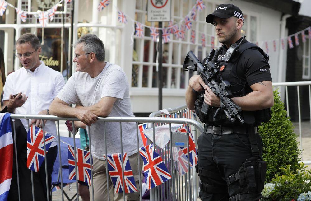 Los hermanos Harry y William caminaron entre el público que ya está arremolinado en los alrededores del castillo bajo fuertes medidas de seguridad. (AP Photo/Kirsty Wigglesworth)
